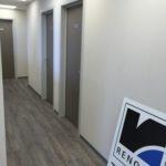 bureau - plafond - verlichting - deuren - ramen