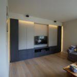 afgewerkt-leefruimte-parket-tv-meubel-kasten-verlichting